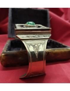 Braccialetto in argento a fascia con incisioni e con al centro una pietra