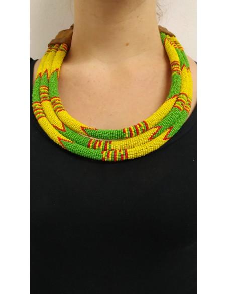 Collana semirigida a tre file con perline gialle, verdi e rosse