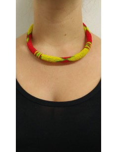 Collana semirigida con perline gialle, verdi e rosse