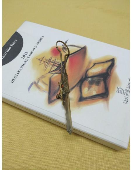 Segnalibro/apribusta con incisioni a croce