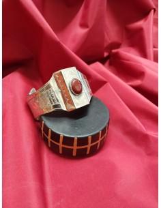 Braccialetto in argento a fascia con incisioni e pietra rossa