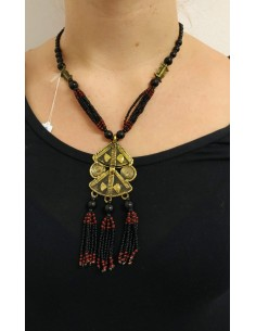 Collana con perline in onice nero, perline tipo corallo, con inserti in ottone inciso e pendente in ottone inciso e perline
