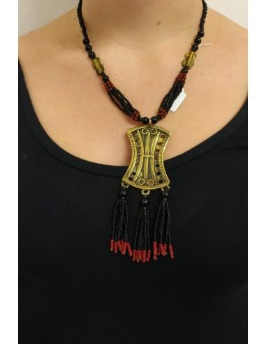 Collana con perline in onice nero, perline tipo corallo, con inserti in ottone inciso e pendente in ottone inciso e perline